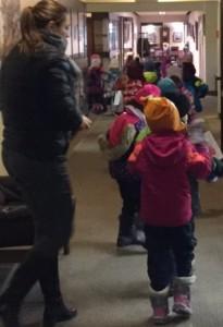 Le groupe d'enfants arrive